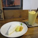 コーラル ツリー カフェ - レアチーズとマンゴースムージー