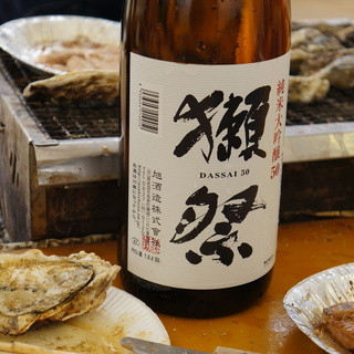 牡蠣ハウス マルハチ - 料理写真:ツマミは牡蠣、酒は獺祭。乾杯はヱビス、次はスパークリングワインで、最後が獺祭でした。