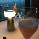 113809583 - 18:37の夜景とピーチのカクテル。                       ぼくはアルコールフリー                       同伴者はアルコール入り。                       ピーチジュースになっていないところがステキ。