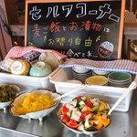 えきにくヤンボー - ご飯は麦ご飯! ご飯とお漬物はセルフで自由におかわりできます。