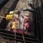 山麓園 - 軍手を使って囲炉裏で焼きます