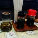 かどき食堂 - 卓上の調味料類