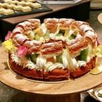 113847102 - パリブレスト@シュー生地に生クリームたっぷり。サンドされた厚切りのキウイとマンゴーが両方甘い