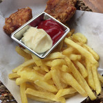 新宿天空ビアガーデン - フライドチキンとフライドポテト。 食べ放題であったとは、、ポテトが一番平和でした。