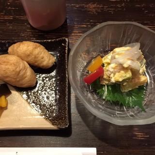 天庵 - 料理写真:稲荷寿司と南瓜サラダ
