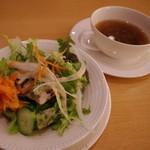 レストラン ラコンテ - サラダとオニオンスープ