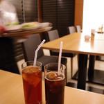 レストラン ラコンテ - アイスティーとアイスコーヒー