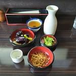 そば処 三な花 - 料理写真:ぢょーおんヌ日本酒二合に、ご自由にお取りください漬物(胡瓜&ミズの生姜浅漬け)、アテに出てきたソヴァ揚げ、揚げなすおろし。