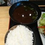 魚輝水産 - ご飯、赤だし(唐揚げ定食)