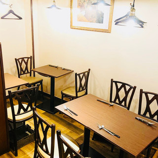 地下1階の テーブル席