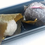 11387067 - 古代赤米・黒米のさくら餅300円