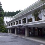 日光金谷ホテル - 1893年築の本館。クラシックホテルの代表格として、堂々の面持ちです