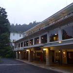 日光金谷ホテル - 梅雨曇りの日光金谷ホテル。18時を過ぎるとチャイムが鳴り、宿泊者に食事の準備を告げる