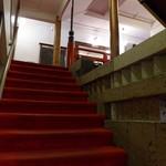 日光金谷ホテル - 重厚な雰囲気の階段を上り、メインダイニングルームへ