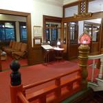 日光金谷ホテル - メインダイニング入口。赤く光る特別な擬宝珠は、怒る阿修羅を連想させる