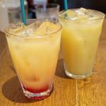 ファンゴー - 左:トリプルミックスジュース(¥500)/右:パインアップルジュース(¥500)