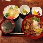 京ホルモン蔵 - 特選和牛のカルビ焼肉丼定食880円(税別)。