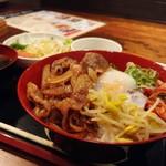 京ホルモン蔵 - 焼肉丼。