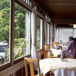 日光金谷ホテル - 運良く、窓側のテラス席に案内いただきました