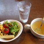 113918673 - セットのサラダとスープ
