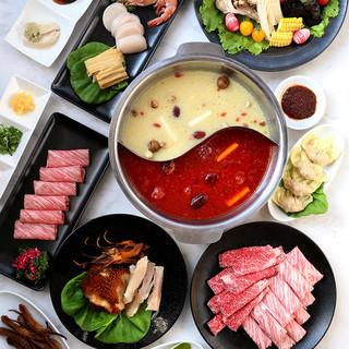 本館限定の絶品「火鍋」は4種類のスープでご提供。