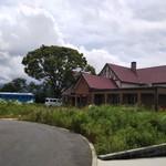 森の小径 - 外観 奥の青い電車は貸し切りの個室的になってます