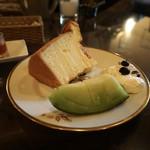 カフェ・ル・プティ・ニ・トロワ - 季節のケーキ シフォンケーキ