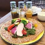 113935275 - ヘルシーチキンと季節野菜のサラダガレット