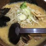 白樺山荘 - 黄色いスープに、サイコロチャーシュー、もやし、ネギ、カイワレ、メンマ、きくらげ、海苔2枚などが乗ります。