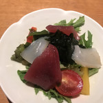 SUSHIと海鮮居酒屋 まるなみ - ランチミニ海鮮サラダ199円。写真で見ると立派ですね(笑)。実際は、かなりのミニです(笑)。コスパはいいと思いますが、全然足りません(笑)