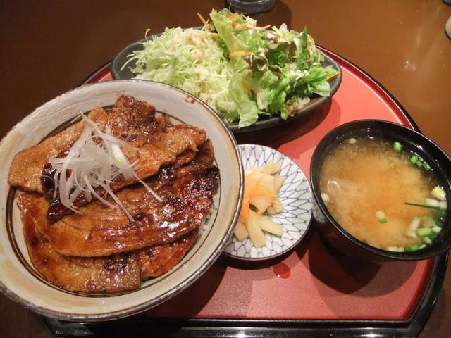 駿河 - 定番豚丼800円+定食セット150円。