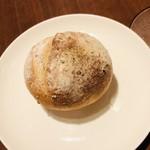ビストロ クルル - 天然酵母の自家製焼き立てライ麦パン