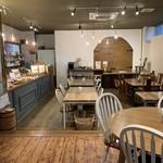 ソイソイカフェ - 木のぬくもりと白を基調とした落ち着いた店内