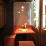 ウラニワ - 二階のテーブル席