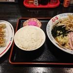 Aji-Q - 冷やし南蛮¥750にプラス¥300で定食(ライス、餃子、お新香)にしました。 冷やし南蛮は量は大盛か?ってくらいあり、ライスは少ないけどおかわり自由! 餃子もジューシーで旨かったです。