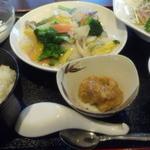 チャイナダイニング煌 - 本日の日替りランチ(八宝菜と蒸鶏サラダ)