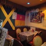 オー・ビレッジ - ジャマイカ風の雰囲気ある店内 レゲエがかかっています。