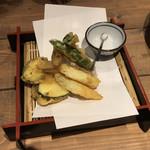 蕎麦 AKEBONOYA - 春野菜的な天ぷら。衣が薄いが密で微妙。