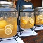 平五郎 - レモネードの入ったガラス容器