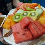 裕成水果 - 綜合切盤。トマト、キウイ、スイカ、マンゴー、バンレイシ、パパイア