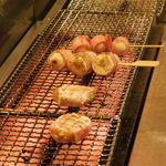 博多焼き鳥・野菜巻き・もつ鍋 かつぎや - ハンバーグ巻き、うずら巻き、バナナ巻きを焼いているところ