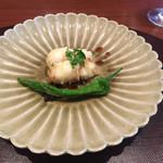 Tahara - 伝助穴子の天麩羅に満願寺唐辛子。鱧の様にシャリッシャリッと骨切りした後、目の前でサッと揚げて、甘辛いタレが絶妙。焼き胡麻豆腐の皿と同じ作家さん。指で作った菊花が味わい深く、料理とマッチしてる。