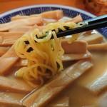 113997505 - 標準的な太さの 縮れ麺