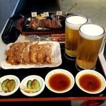 ぎょうざ処 亮昌 - ビールセット餃子、漬物付き850円×2 奥は別の店の肉