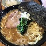 横浜ラーメン とんこつ家  - ラーメン醤油(¥700)+麺大盛(¥100)