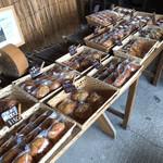 114013146 - 一番乗りだったので、パンがたくさん並んでいます。