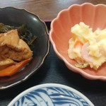 お食事処 ちどり - 小鉢厚揚げと茎ワカメの煮しめとポテトサラダ