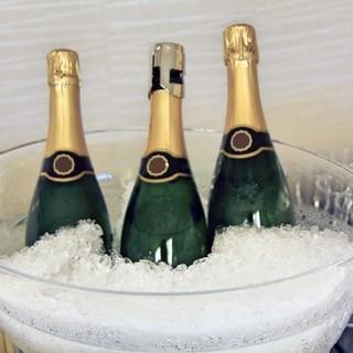 スパークリングやワインボトルも豊富に取り揃えております。