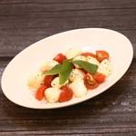 原価酒BAR NICO - トマトとモッツァレラチーズのカプレーゼ