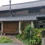 114028968 - 【外観】                       趣のある古民家。                       田舎の祖母宅へ遊びに来たような郷愁にかられます。